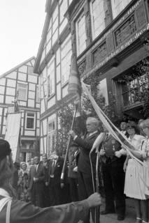 ARH NL Mellin 01-060/0023, Übergabe einer neuen Standarte durch Bürgermeister Kannacher vor dem Rathaus in Burgdorf, wohl 1972