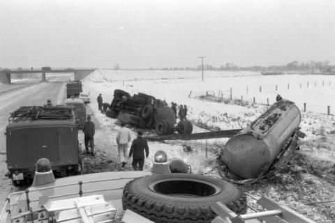 NL Mellin 01-064/0006, Einsatz der Feuerwehr Burgdorf bei einem Verkehrsunfall, zwischen 1967/1972