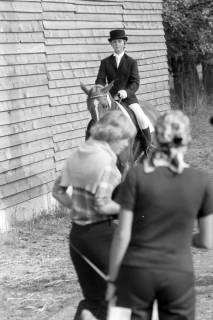 NL Mellin 01-066/0021, Ursula von der Leyen (geb. Albrecht) als Reiterin auf einem Turnier?, ohne Datum