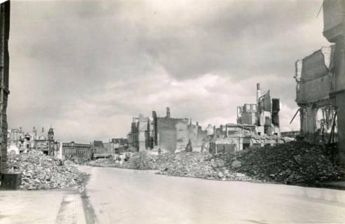 ARH Slg. Mütze 002, Artilleriestraße (heute Kurt-Schumacher-Straße) nach provisorischer Trümmerräumung, Hannover, zwischen 1943/1949
