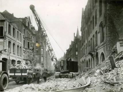 ARH Slg. Mütze 003, Trümmerräumung in der Celler Straße (heute Lister Meile), in Blickrichtung Lister Platz, mit Güterwagen der Straßenbahn, Hannover, wohl 1946