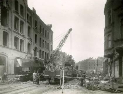 ARH Slg. Mütze 004, Trümmerräumung in der Celler Straße (heute Lister Meile), Ecke Drostestraße mit Blick zur Wedekindstraße, mit französischen Kriegsgefangenen im Vordergrund, Hannover, zwischen 1943/1945