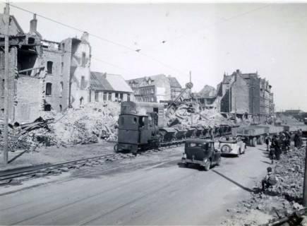 ARH Slg. Mütze 005, Trümmerabfuhr am Engelbosteler Damm mit Muldenkippern, gezogen von Dampf- oder Dieselloks auf Feldbahngleisen, Hannover, 1946