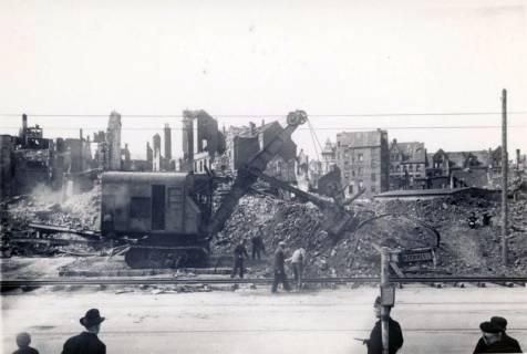 ARH Slg. Mütze 007, Trümmerräumung mit Bagger (Hochlöffeleinrichtung) auf dem Engelbosteler Damm?, Hannover, zwischen 1943/1949