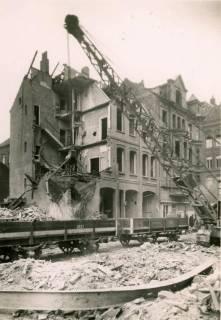 ARH Slg. Mütze 008, Trümmerräumung in der Celler Straße (heute Lister Meile) mit Güterwagen der Straßenbahn, Hannover, wohl 1946