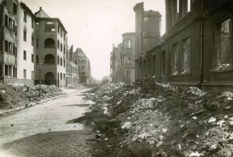 ARH Slg. Mütze 010, Ruinen, im Hintergrund mit einer Mauer abgeriegelt, in der Böhmerstraße, Hannover, zwischen 1943/1949