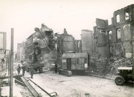 ARH Slg. Mütze 0011, Trümmerräumung in der Heinrichstraße, Hannover, ohne Datum