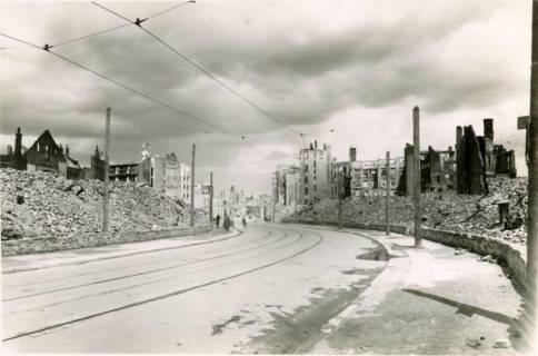 ARH Slg. Mütze 014, Trümmer in der Grupenstraße (heute Karmarschstraße), Hannover, zwischen 1943/1949