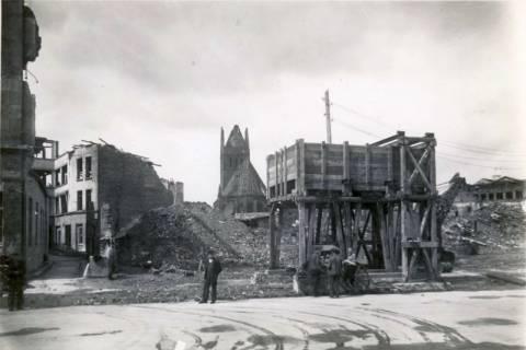 ARH Slg. Mütze 017, Ruinen und Trümmer, im Hintergrund die Marktkirche, Hannover, zwischen 1943/1949