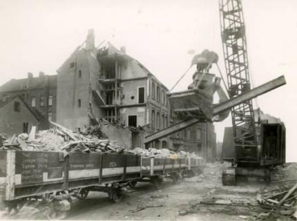 ARH Slg. Mütze 018, Trümmerräumung in der Celler Straße (heute Lister Meile) mit Güterwagen der Straßenbahn, Hannover, 1944