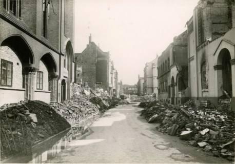 ARH Slg. Mütze 019, Provisorische geräumte Trümmer in der Herrenstraße, Hannover, zwischen 1943/1949