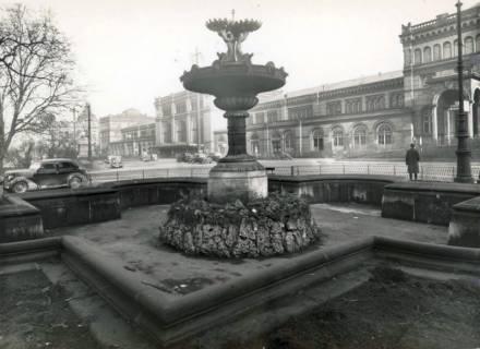 ARH Slg. Mütze 024, Brunnen auf dem Ernst-August-Platz, Hannover, vor 1938