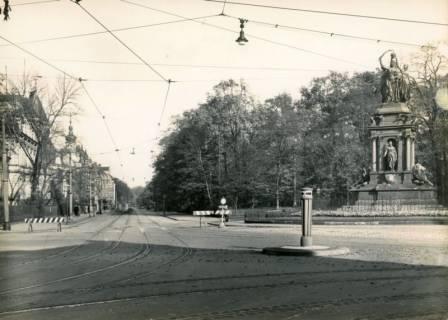 """ARH Slg. Mütze 030, """"Kriegerdenkmal"""" vor der Eilenriede (Ecke Hohenzollernstraße / Emmichplatz) zum Andenken an die Gefallenen des Krieges 1870/71, ohne Datum"""