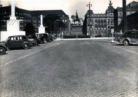 ARH Slg. Mütze 046, Parkplätze auf dem Ernst-August-Platz nach dem Umbau im Jahr 1938, Hannover, 1938