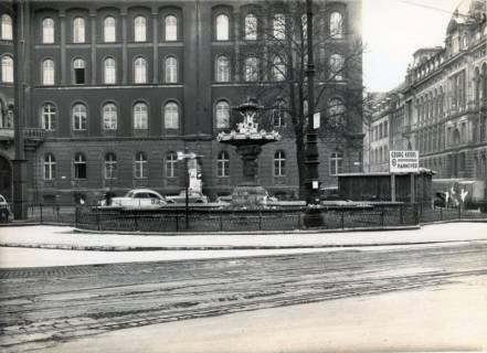 ARH Slg. Mütze 047, Brunnen auf dem Ernst-August-Platz zwischen Schillerstraße und Kurt-Schumacher-Straße, Hannover, 1938