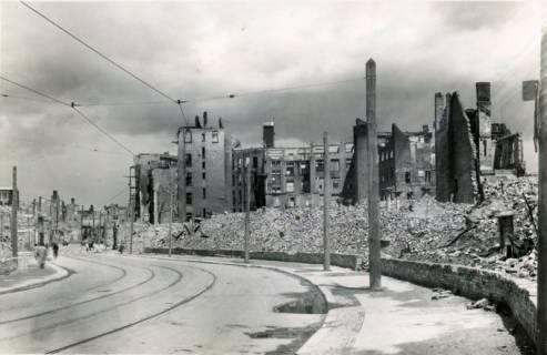ARH Slg. Mütze 054, Trümmer in der Grupenstraße (heute Karmarschstraße), Hannover, zwischen 1943/1949