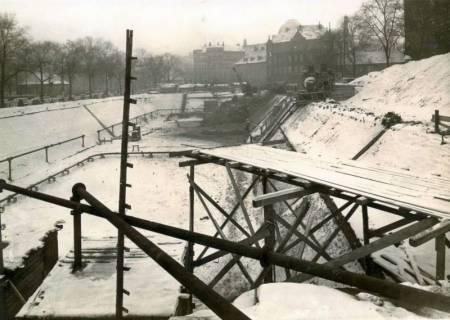 ARH Slg. Mütze 057, Baugrube für den Bau eines unterirdischen Luftschutzbunkers am Klagesmarkt zwischen Otto-Brenner- und Theodorstraße, Hannover, zwischen 1939/1940