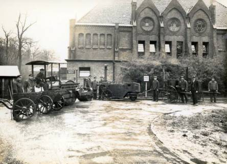 ARH Slg. Mütze 076, Teerkolonne des Tiefbauamtes Hannover mit Geräten (Transportkarren, Teerkocher usw.), Hannover, vor 1945