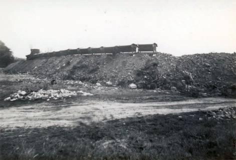 ARH Slg. Mütze 085, Schuttanfuhr mit einer Feldbahn auf dem Kippgelände Steintormasch, Hannover, 1946
