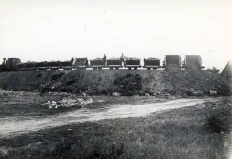 ARH Slg. Mütze 088, Schuttanfuhr mit einer Feldbahn auf dem Kippgelände Steintormasch, Hannover, 1946