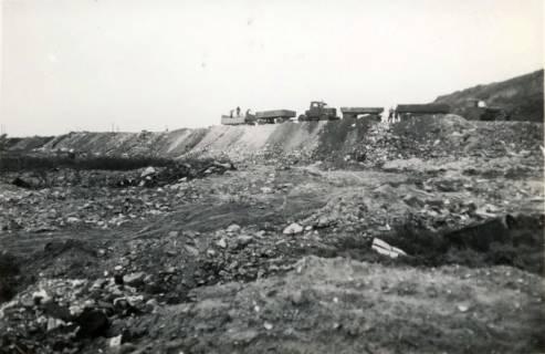 ARH Slg. Mütze 089, Schuttanfuhr durch Lastzüge auf dem Kippgelände Steintormasch, Hannover, 1946