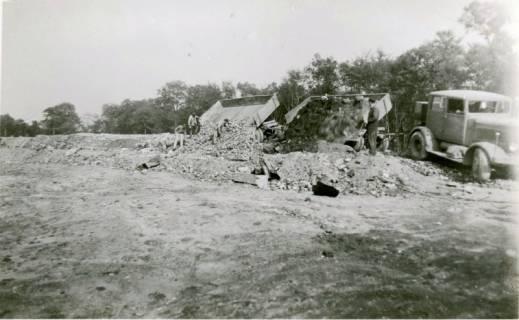 ARH Slg. Mütze 090, Schuttanfuhr durch Lastzüge auf dem Kippgelände zwischen Zoo und Eilenriede, Hannover, 1946