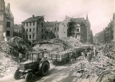 ARH Slg. Mütze 195, Trümmerräumung in der Celler Straße, Hannover, 1944