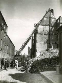 ARH Slg. Mütze 212, Trümmerräumung mit Drehleiter in der Henriettenstraße (heute Sonnenweg), Hannover, zwischen 1943/1945