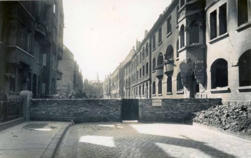 ARH Slg. Mütze 216, Auf Grund Einsturzgefahr abgesperrte Dieckmannstraße, Hannover, zwischen 1943/1949