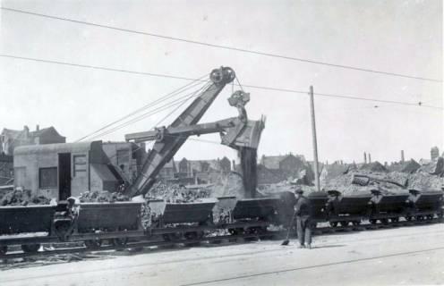 ARH Slg. Mütze 228, Befüllen von Loren einer Kleinbahn im Rahmen der Trümmerräumung, Hannover, zwischen 1943/1949