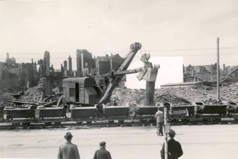 ARH Slg. Mütze 233, Befüllen von Loren einer Kleinbahn im Rahmen der Trümmerräumung, Hannover, zwischen 1943/1949