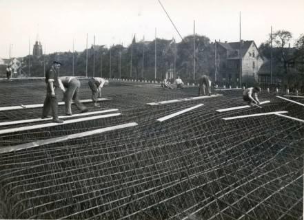 """ARH Slg. Mütze 277, Bewehrungsarbeiten am Luftschutzbunker """"Am Welfenplatz"""", Oststadt, 1941"""