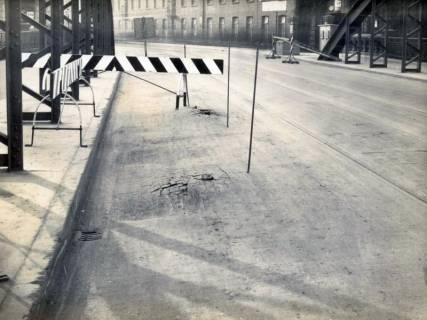 ARH Slg. Mütze 286, Aufgequollenes, mit Bitumen durchtränktest, Holzpflaster in der Spinnereistraße, Linden, vor 1945