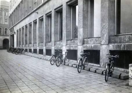 ARH Slg. Mütze 288, Fahrradständer am Hauptpostamt. Hannover, 1952