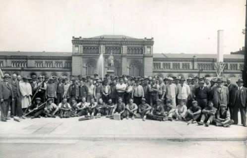 ARH Slg. Mütze 299, Ernst-August-Platz mit Baumannschaft und Planern des Umbaus, Hannover, um 1938