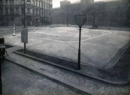 ARH Slg. Mütze 307, Ehemaliger Justizpalast im Hintergrund (auf dem Platz im Vordergrund wurde 1923 die 1. Tankstelle (BP OLEX) in Hannover eröffnet), Hannover, um 1922