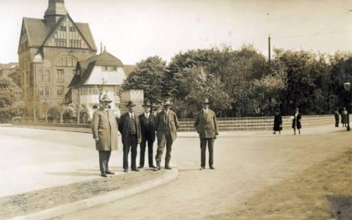 ARH Slg. Mütze 341, Unbekannte Personen an der Ecke Podbielskistraße / Einfahrt Pelikan, List, vor 1945