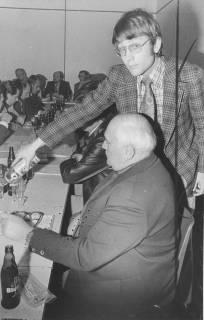 ARH Slg. Bartling 5, Treffen der Verwaltungsmitarbeiter mit Ernst Kerger (stehend) und Ortsvorsteher (Suttorf) Heinrich Hahn, 1974