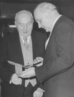 ARH Slg. Bartling 34, Rechtsanwalt Eduard Wolpers erhält die Verdienstmedaille, 1974