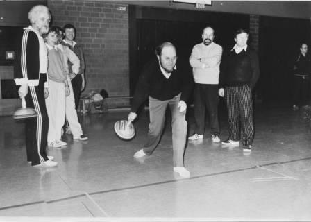 ARH Slg. Bartling 56, Ratsherren beim Bosseln in der Halle des BBZ (Bunsenstraße) auf Einladung des Behindertenvereins, um 1992