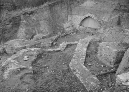 ARH Slg. Bartling 59, Erichsberg, Ausgrabungsergebnisse mit Grundmauern vor dem Eingang zu den Kasematten, um 1970