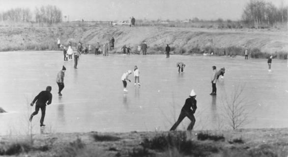 ARH Slg. Bartling 63, Eislaufende Personen auf einem zugefrorenen Teich, ohne Datum