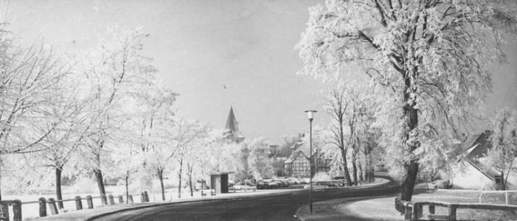 ARH Slg. Bartling 64, Zwischen den Brücken, Winterlandschaft in Rauhreif und Schnee, Blick von Osten über die Straße auf den Turm der Liebfrauenkirche, um 1970