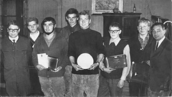 ARH Slg. Bartling 65, Verleihung der Preise (Zinnteller, Bierseidel u. a.) an die jungen Leistungspflüger durch Edfried Bühler (li.) und Georg Jendritza (re.) beim Gasthaus Meta Gähle, Mecklenhorst, 1969