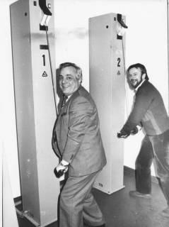 ARH Slg. Bartling 69, N.N. und N.N. beim Testen der Schlaghämmer in der Atemschutzstrecke der Feuerwehrtechnischen Zentrale Neustadt, Lindenstraße 15, um 1985