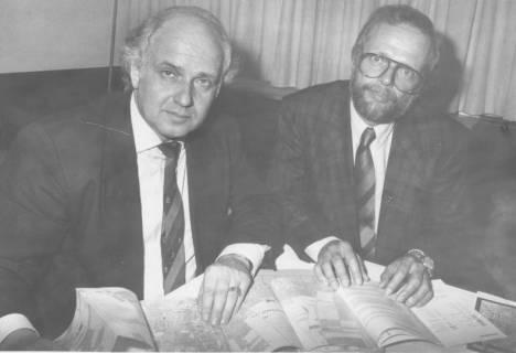 ARH Slg. Bartling 72, Ministerialrat Dr. Hans Knop (Innenministerium, Vermessung) und Manfred Washausen (Landesvermessungsamt) am Tisch sitzend bei der Vorstellung des neuen Gesamt-Stadtplans, 1983