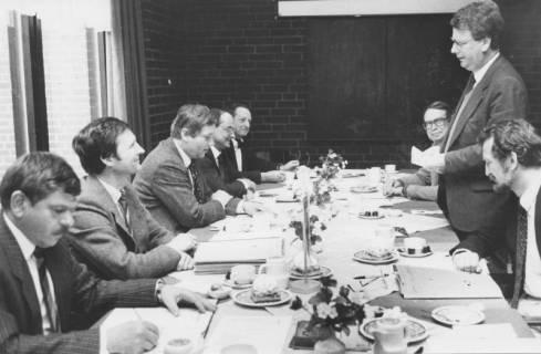 ARH Slg. Bartling 74, Beratung am Tisch mit 8 Herren, um 1985
