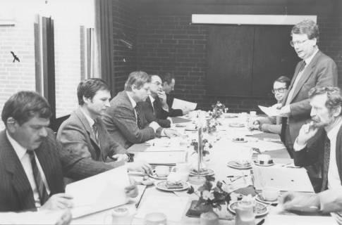 ARH Slg. Bartling 75, Beratung am Tisch mit 8 Herren, um 1985
