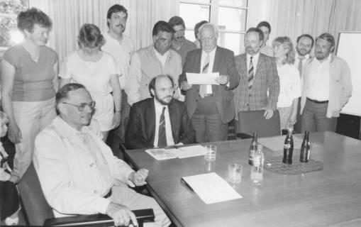 ARH Slg. Bartling 76, Gruppenbild von städtischen Bediensteten mit Bürgermeister Henry Hahn, um 1985