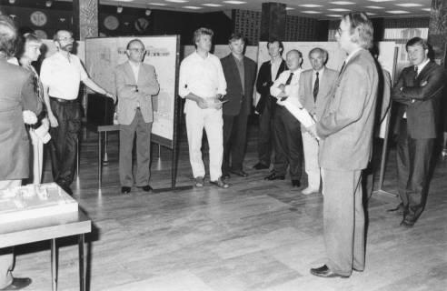 ARH Slg. Bartling 77, Erläuterung von Bauplänen durch Baudirektor Klaus Spennes vor Ratsmitgliedern und Mitgliedern der Verwaltung im Gebäude der Volksbank, um 1990